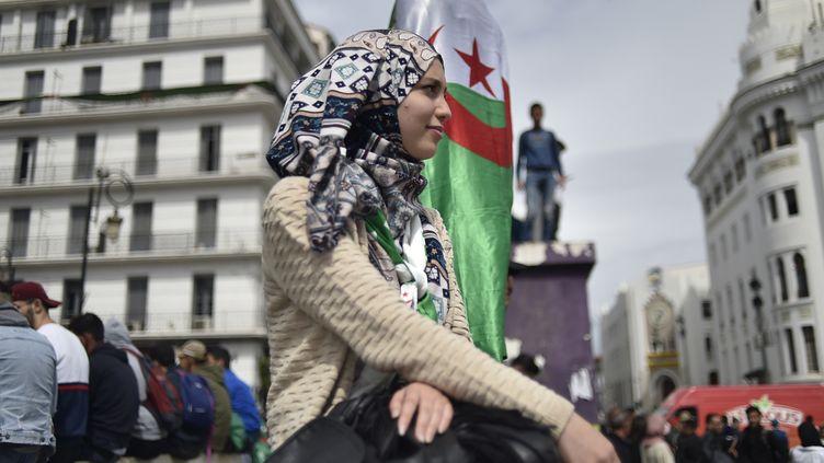 Une manifestante algérienne à Alger, le 19 mars 2019. (RYAD KRAMDI / AFP)