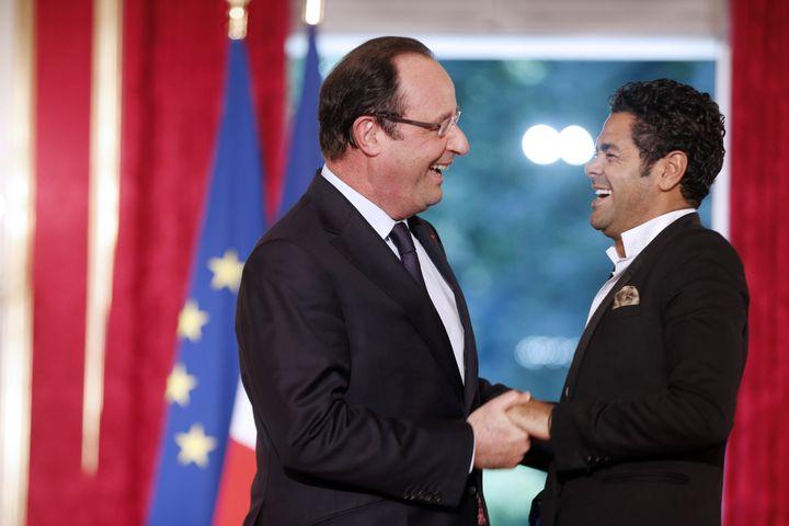 Jamel Debbouze avec François Hollande à l'Élysée lors de la remise du prix de l'audaceartistique, le 12 juin 2013. (FRANCOIS GUILLOT / AFP)