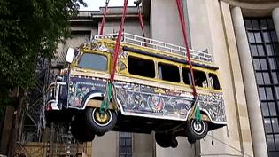 Un bus sénégalais a fait son entrée au Musée de l'Homme...par la fenêtre !  (France 2 Culturebox)