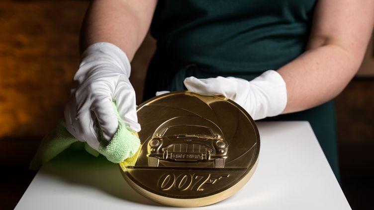 La pièce de 7kg réalisée par la Monnaie royale britannique sur laquelle figure la légendaire Aston Martin de l'agent secret 007. (AFP / ROYAL MINT)