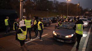 """Des """"gilets jaunes"""" le 17 novembre 2018 sur le périphérique à la porte d'Auteuil, à Paris. (LUCAS BARIOULET / AFP)"""