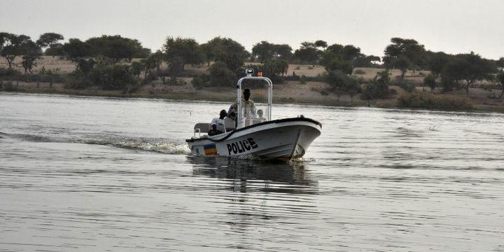 Un bateau de la police tchadienne patrouille sur le lac Tchad, le 25 janvier 2015. (PHOTO / PATRICK FORT)