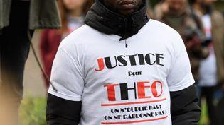 Un rassemblement aux abords du Tribunal de grande instance de Bobigny (Seine-Saint-Denis) en soutien à Théo, le 28 octobre 2017. (MAXPPP)