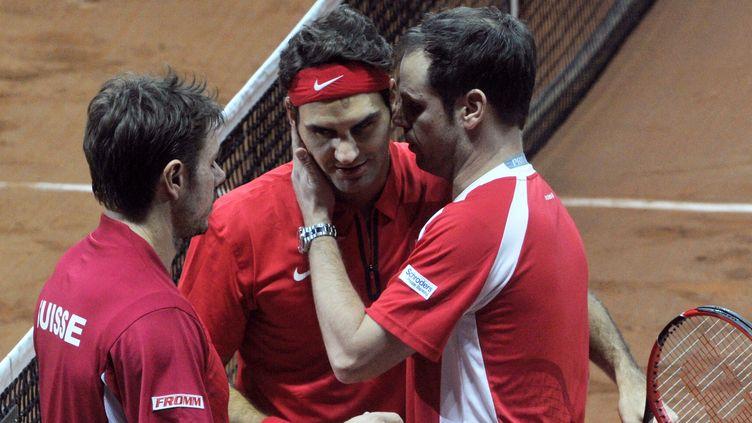 Stanislas Wawrinka, Roger Federer et leur capitaine Severin Lüthi (FRANCOIS LO PRESTI / AFP)