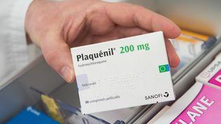 Une boîte de Plaquenil, médicament dérivé de la chloroquine, dans une pharmacie d'Excideuil (Dordogne), le 16 janvier 2020. (ROMAIN LONGIERAS / HANS LUCAS)