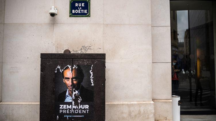"""Une affiche """"Zemmour président"""" placardée à Paris et photographiée le 1er juillet 2021. (XOSE BOUZAS / HANS LUCAS / AFP)"""