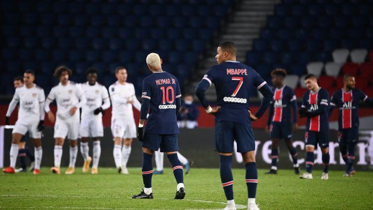 Kylian Mbappé et Neymar n'ont pas su mener le PSG à la victoire. (FRANCK FIFE / AFP)