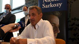 """L'ex-président Nicolas Sarkozy interviewé lors d'une dédicace de son livre de mémoires """"Le Temps des tempêtes"""" (Editions deL'Observatoire) en juillet 2020 à La Baule. (ANTHONY LINGER / HANS LUCAS)"""