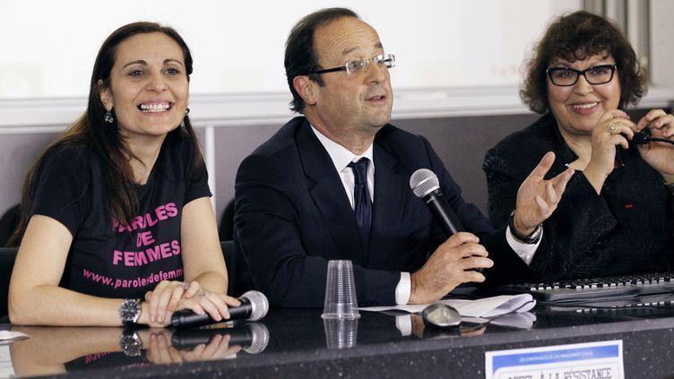 François Hollande encadré d'Olivia Cattan,présidente de l'association féministe Paroles de femmes (à gauche) et de Fadila Mehal, fondatrice de l'associationMarianne de la diversité (à droite), le 6 mars 2012, à Paris. (PATRICK KOVARIK / AFP)