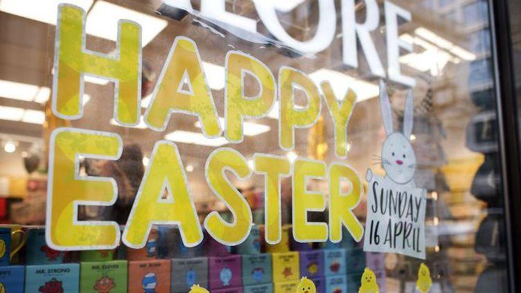 Une devanture de magasin à Londres souhaitant de «Joyeuses Pâques» 2017. (Justin TALLIS / AFP)