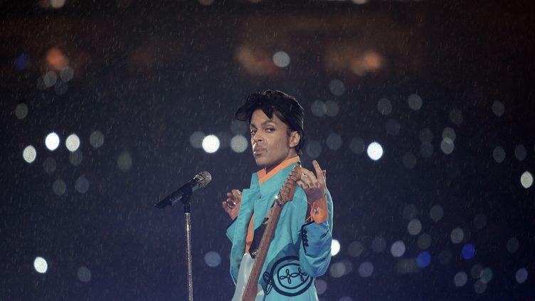 Le chanteur Prince lors du concert de la mi-temps du Super Bowl, à Miami, le 4 février 2007. (JEFF HAYNES / AFP)