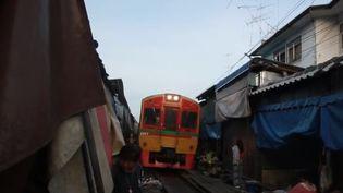 En Thaïlande, un train perturbe chaque jour un marché en passant en plein milieu. (CAPTURE D'ÉCRAN FRANCE 2)