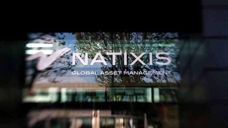 Le logo de Natixis, le 14 avril 2012, à Paris. La banque doit supprimer environ 700 postes d'ici 2015. (LOIC VENANCE / AFP)
