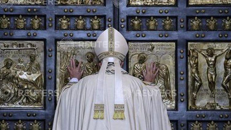 Le pape François ouvre la Porte Sainte à l'occasion de l'ouverture de l'Année Sainte catholique (Jubilé), dans la basilique Saint-Pierre, au Vatican, le 8 décembre 2015.