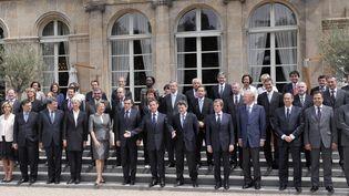 Nicolas Sarkozy et son gouvernement posent à l'Elysée, à Paris, le 24 juin 2009. (GERARD CERLES / AFP)