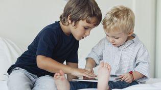 """Certains enfants de grands patrons de la high tech n'ont pas le droit d'utiliser des tablettes ou des ordinateurs, explique le """"New York Times"""". (ALE VENTURA / PHOTOALTO / AFP)"""