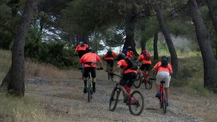 Pour prévenir les départs de feu, des jeunes bénévoles vont se relayer tout l'été, à cheval ou en VTT, dans le massif du Montaiguet (Bouches-du-Rhône). (CAPTURE ECRAN FRANCE 3)