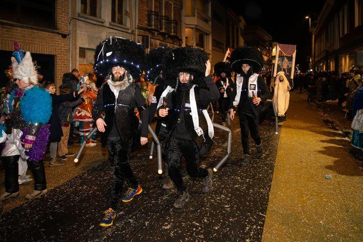 Des participants au carnaval d'Alost (Belgique) déguisés en juifs orthodoxes, le 23 février 2020. (JAMES ARTHUR GEKIERE / BELGA MAG)