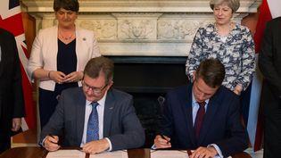 La signature de l'accord, le 26 juin 2017 au 10 Downing Street à Londres. (DANIEL LEAL-OLIVAS / AFP)
