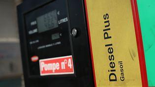 Pompe à essence, le 4 mars 2016 à Paris. (Photo d'illustration) (THOMAS SAMSON / AFP)