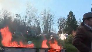 Les employés de l'usine Arjowiggins (Seine-et-Marne) menacent de brûler leur papier sécurisé. (CAPTURE ECRAN FRANCE 2)