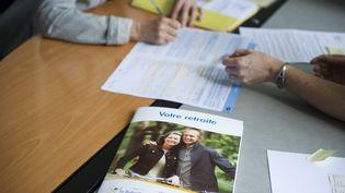 Une salariée vient remplir son dossier pour partir à la retraite dans un point d'accueil de la Caisse nationale d'assurance vieillesse, à Paris, le 7 juin 2010. (MAXPPP)