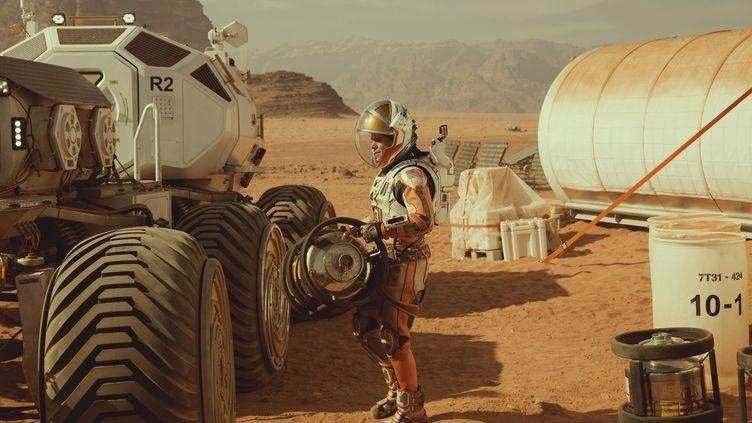 """L'acteur américain Matt Damon dans le film """"Seul sur Mars"""" (""""The Martian""""), sorti en 2015.Il y incarne l'astronaute Mark Watney resté seul sur la planète rouge dans un campement. (TWENTIETH CENTURY FOX)"""