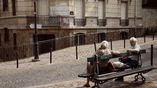 Des personnes âgées portant des masques dans le quartier de Montmartre, à Paris, le 25 avril 2020. (CLAIRE-LISE HAVET / HANS LUCAS / AFP)