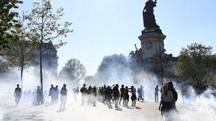 """Des manifestants place de la République à Paris lors de la mobilisation des """"gilets jaunes"""" le samedi 20 avril 2019. (ANNE-CHRISTINE POUJOULAT / AFP)"""