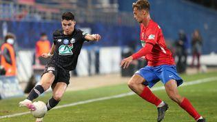 Le Lillois Luiz Araujo balle au pied face à Grégoire Pineau, le 7 mars 2021, à Ajaccio (Corse-du-Sud). (PASCAL POCHARD-CASABIANCA / AFP)