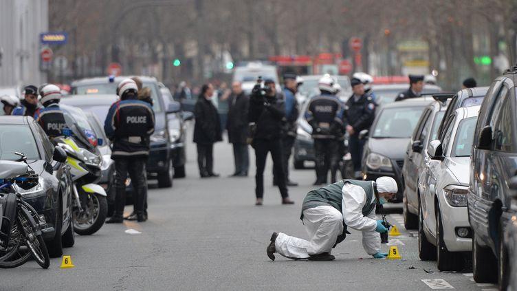 """Des policiers enquêtent dans le 11e arrondissement de Paris après l'attaque du siège de """"Charlie Hebdo"""", le 7 janvier 2015. (DURSUN AYDEMIR / ANADOLU AGENCY / AFP)"""