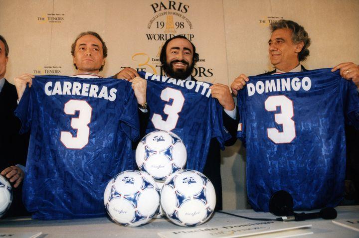 José Carreras, Luciano Pavarotti et Placido Domingo en 1998, réunis pour annoncer leur concert exceptionnel des Trois Ténors au pied de la Tour Eiffel, à l'occasion de la Coupe du Monde de football. (ALAIN BENAINOUS / GAMMA-RAPHO)