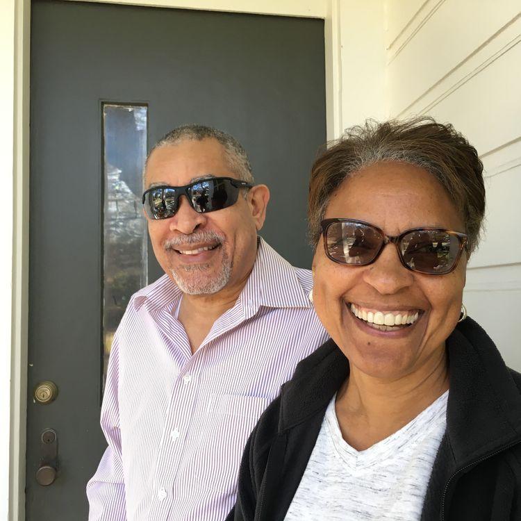 Joanne et Brian Toval, sous le porche de la maison de leur voisine, à LaNouvelle-Orléans, en Louisiane. (LUDOVIC PAUCHANT / RADIO FRANCE)