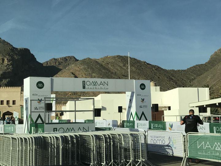 """Le départ de la course """"Oman by UTMB"""", dans le massif du Hajar, à Oman. (JÉRÔME VAL / FRANCE-INFO)"""