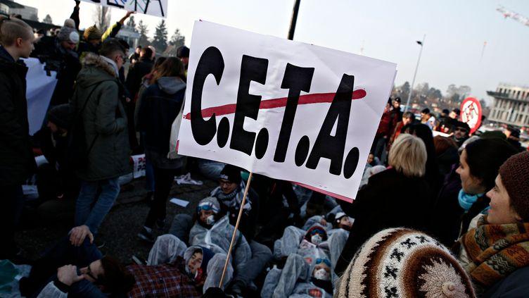 Des opposants au Ceta se rassemblent devant le Parlement européen qui doit ratifier le texte, mercredi 15 février à Strasbourg (Bas-Rhin). (Alexandros Michailidis / SOOC / AFP)
