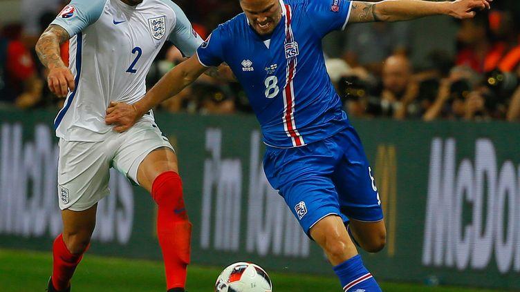 L'Anglais Kyle Walker et l'IslandaisBirkir Bjarnason lors du match de l'Eur entre l'Islandeet l'Angleterre, le 27 juin 2016 à Nice (Alpes-Maritimes). (EVREN ATALAY / ANADOLU AGENCY / AFP)