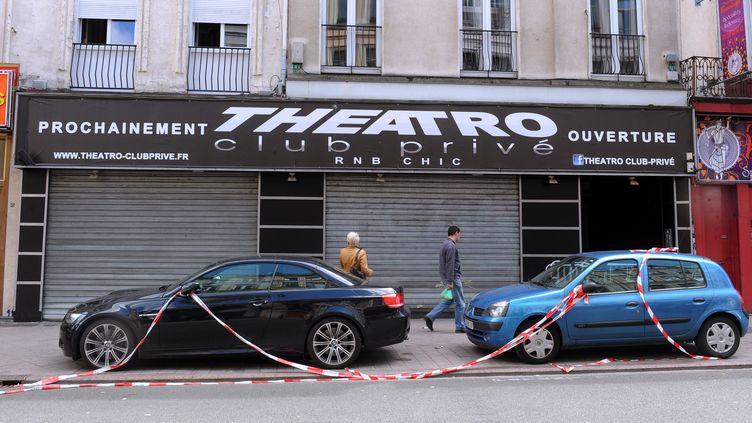 Devant la discothèque Theatro, à Lille (Nord), où une fusillade a fait deux morts et six blessés le 1er juillet 2012. (FRANÇOIS LO PRESTI / AFP)