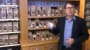 Jacques Fleurentin, pharmacien, présente les huiles essentielles indispensables pendant l'hiver, dans sa pharmacie deWoippy (Moselle) le 18octobre 2018. (FRANCEINFO)
