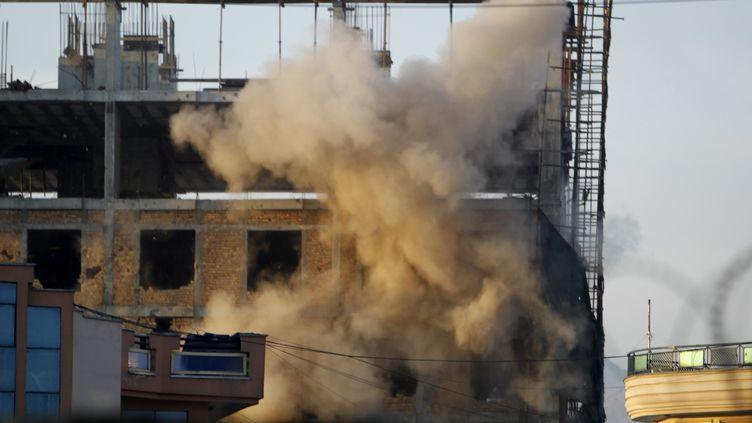 Une explosion frappe un bâtiment au cours d'affrontements entre talibans et soldats afghans, lundi 16 avril au matin à Kaboul. (OMAR SOBHANI / REUTERS)