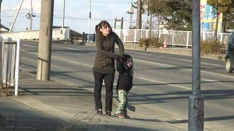 Yuko Sugimoto, dont la photo a fait le tour du monde après le tsunami du 11 mars 2011 au Japon, revient sur les lieux du drame, un an après. (FTV)