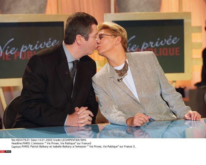 """Patrick et Isabelle Balkany s'embrassent sur le plateau de """"Vie privée, vie publique"""", sur France 3, le 14 janvier 2003. (LECARPENTIER / SIPA)"""