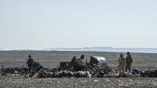 Des militaires égyptiens sur le site du crash de l'Airbus A321 de la compagnie russe Metrojet dans le désert du Sinaï (Egypte), le 1er novembre 2015. (KHALED DESOUKI / AFP)