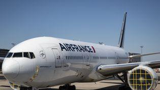 Un avion Air France à l'arrêt sur l'aéroport Roissy-Charles-de-Gaulle à cause de la crise du Covid-19. (THOMAS SAMSON / AFP)