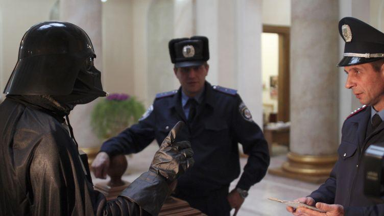 Un habitant d'Odessa (Ukraine), déguisé en Dark Vador, le 14 novembre 2011. (STRINGER RUSSIA / REUTERS)