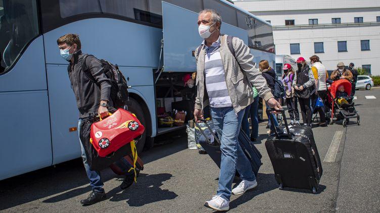 Des employés de l'ambassade russe en République tchèque arrivent à l'aéroport de Prague le 29 mai 2021, pour prendre un vol affrêté par Moscou (MARTIN DIVISEK / EPA)
