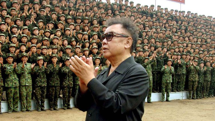 Kim Jong-il inspecte les troupes le 15 août 2007. (KCNA / KNS /AFP)