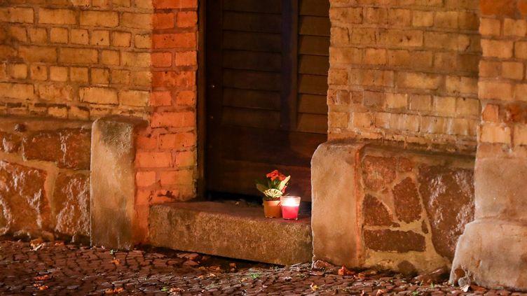 Des bougies disposées devant la synagogue de Halle (Allemagne), jeudi 10 octobre, après l'attaque du lieu de culte par un homme lourdement armé. (JAN WOITAS / DPA-ZENTRALBILD / AFP)