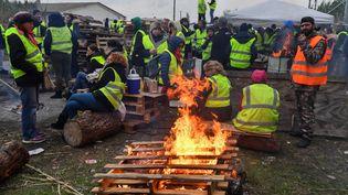 """Des """"gilets jaunes"""" bloquent le dépôt de pétrole deFrontignan (Hérault), lundi 19 novembre 2018. (PASCAL GUYOT / AFP)"""
