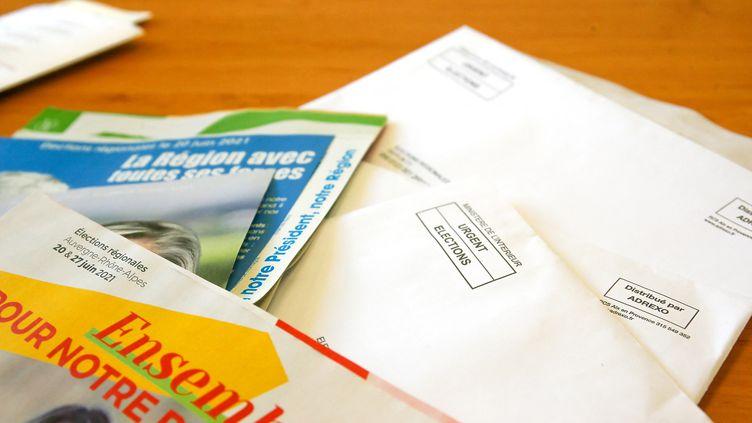 Des enveloppes contenant les professions de foi de candidats aux élections régionales et départementales, le 25 juin 2021 à Valence (Drôme). (NICOLAS GUYONNET / HANS LUCAS VIA AFP)