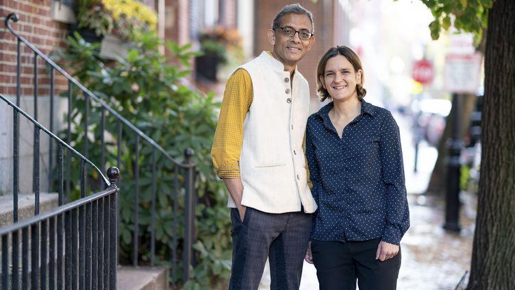 Esther Duflo et sonmariAbhijit Banerjee, tous deux prix Nobel d'économie 2019, à Cambridge (Massachusetts), le 14 octobre 2019. (BRYCE VICKMARK / MIT)